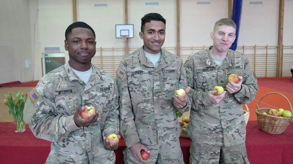Żołnierze armii Stanów Zjednoczonych wcinają polskie jabłka