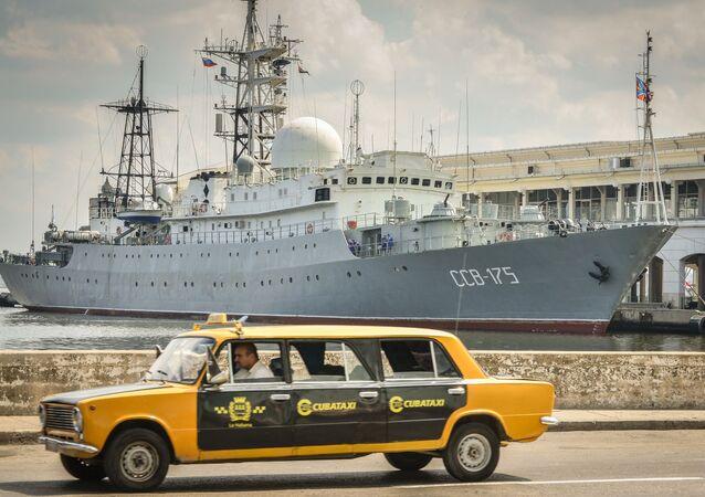 Łada produkcji radzieckiej na tle rosyjskiego okrętu wywiadowczego SSW-175 Wiktor Leonow. Kuba.