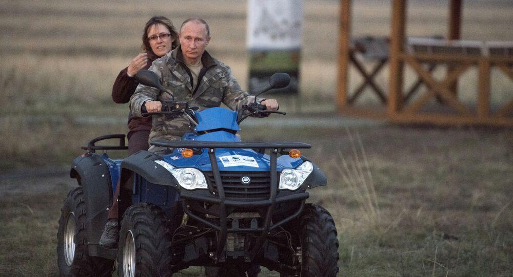 """Prezydent Federacji Rosyjskiej Władimir Putin na kwadracyklu w rezerwacie """"Orenburski"""""""