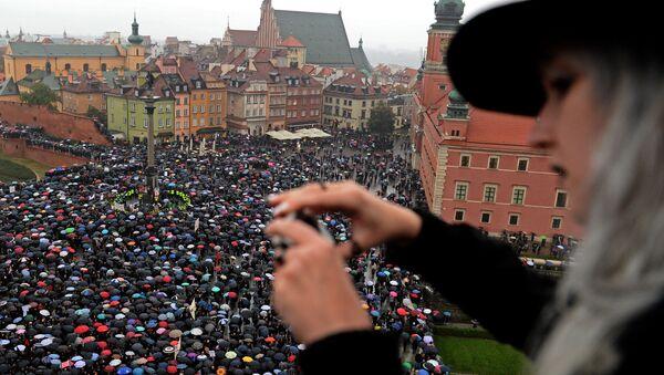 Kobiety protestują przeciwko zakazowi aborcji na placu w Warszawie - Sputnik Polska