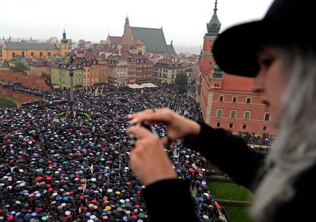 Kobiety protestują przeciwko zakazowi aborcji na placu w Warszawie