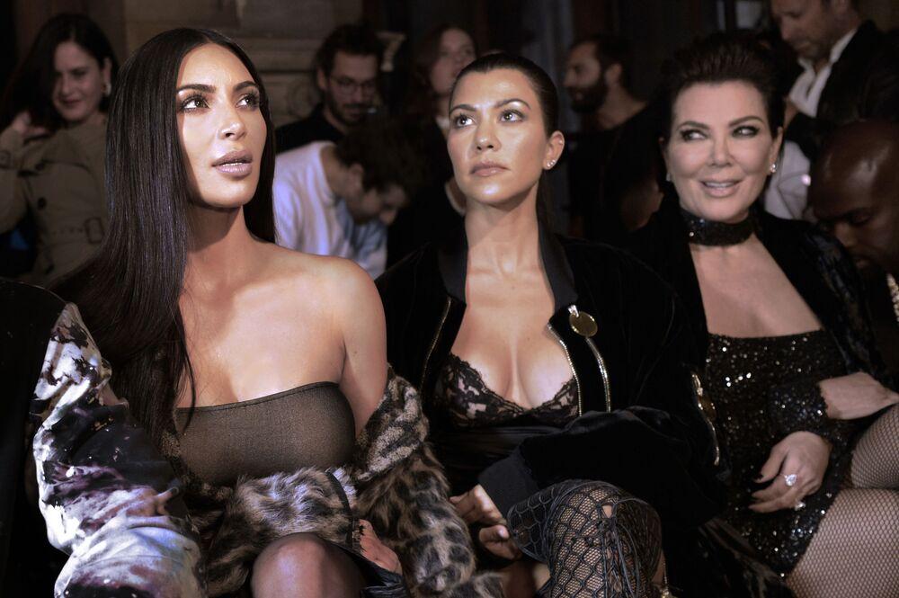 Kim Kardashian z siostrami na pokazie nowej kolekcji Off-white sezonu Wiosna/Lato 2017 w Paryżu