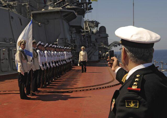 Krążownik rakietowy Piotr Wielki w syryjskim porcie Tartus