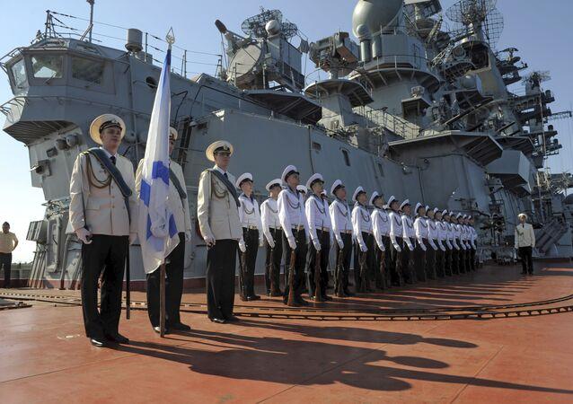 Marynarze atomowego krążownika Piotr Wielki na ceremonii powitania oficjalnej delegacji w syryjskim porcie Tartus