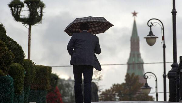 Mężczyzna na Moście Łużkowskim w Moskwie - Sputnik Polska