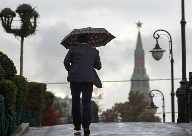 Mężczyzna na Moście Łużkowskim w Moskwie