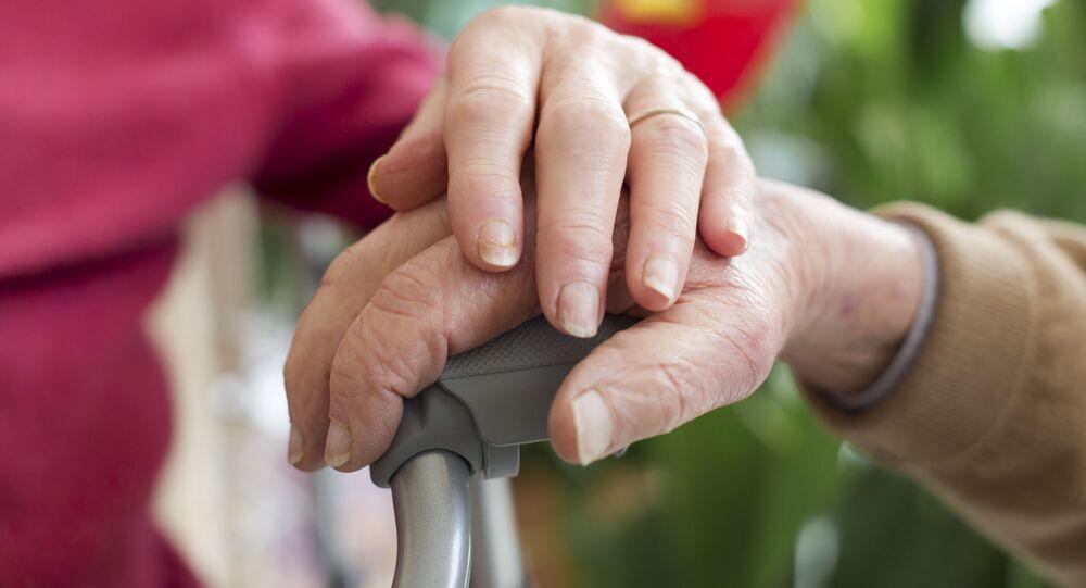 Starsza para trzyma się za ręce
