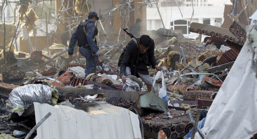 Jemeńczycy wśród ruin po ostrzale przez saudyjskie lotnictwo żałobników w mieście Sana