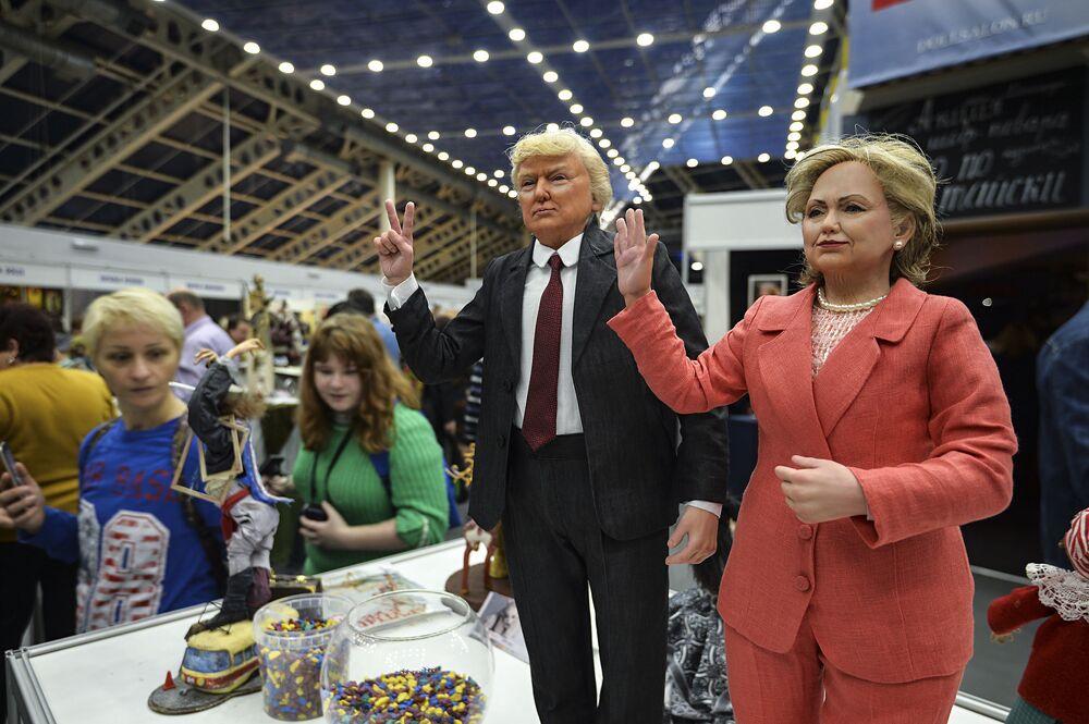 Lalki przedstawiające kandydatów na prezydenta USA, Hillary Clinton i Donalda Trumpa