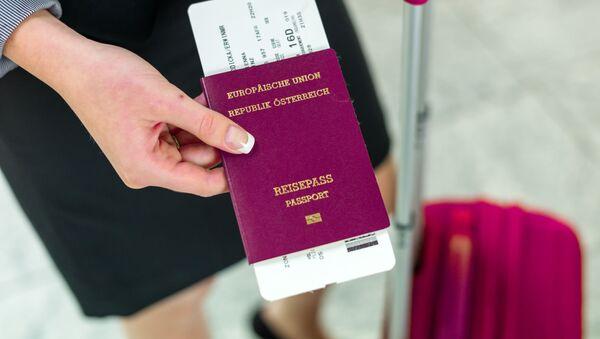 Dziewczyna trzyma w ręku austriacki paszport - Sputnik Polska