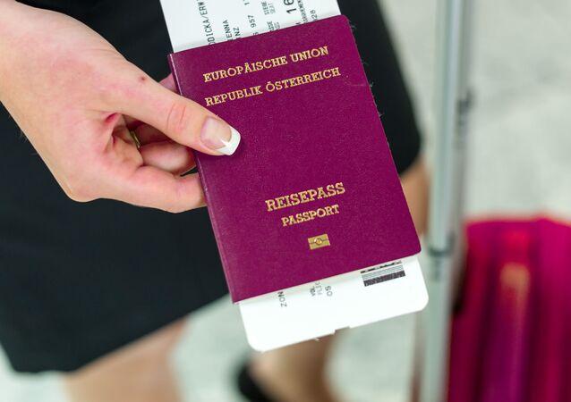 Dziewczyna trzyma w ręku austriacki paszport