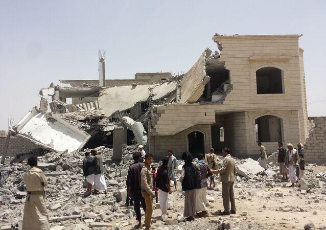 Zniszczone w wyniku nalotów Arabii Saudyjskiej budynki w Sanie, Jemen