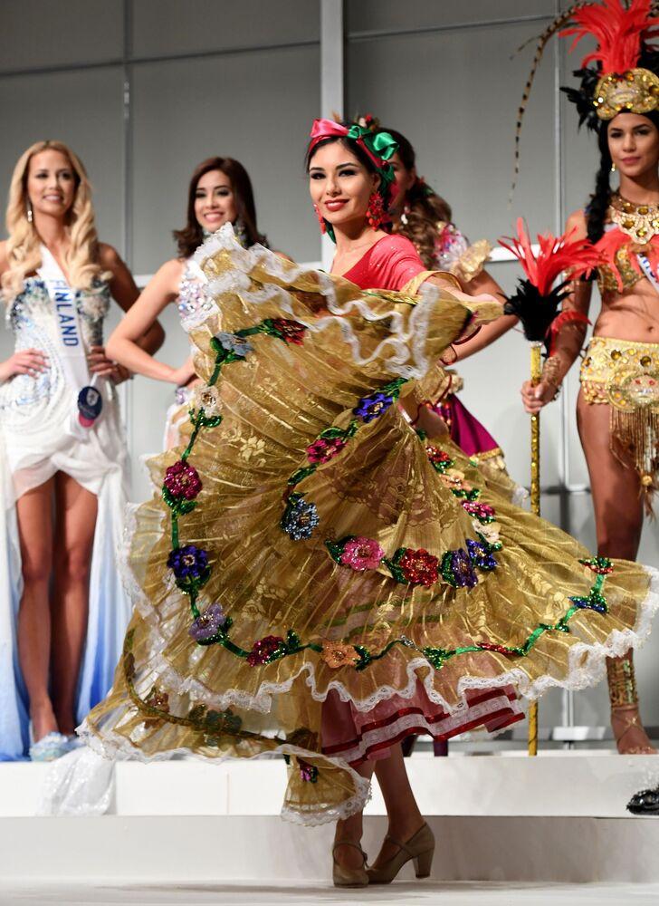Miss Meksyku Maria Geraldine Ponce Mendez podczas konkursu Miss International Beauty Pageant 2016 w Tokio