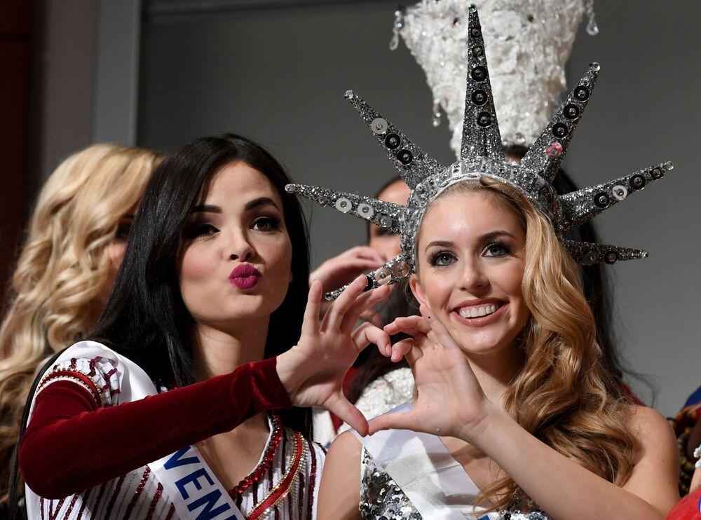 Miss Wenezueli i Miss USA podczas konkursu Miss International Beauty Pageant 2016 w Tokio