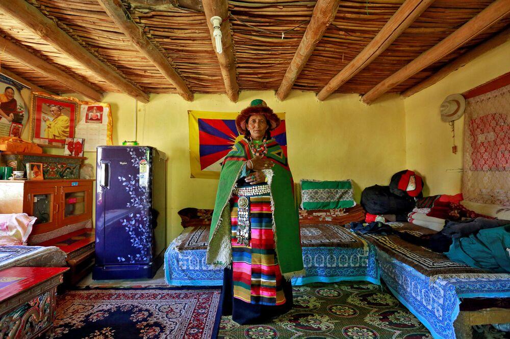 Gospodyni w stroju ludowym u siebie w domu, Himalaje