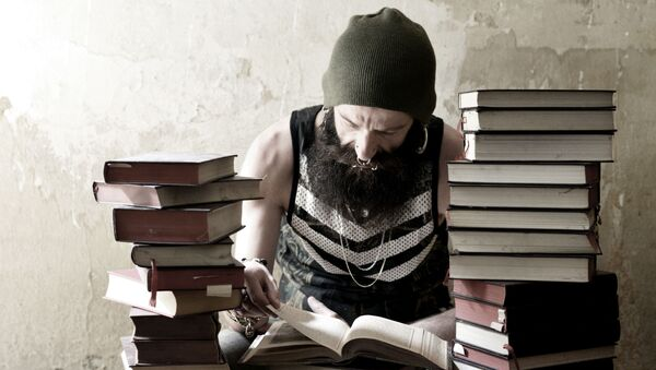 Mężczyzna czytający książki - Sputnik Polska