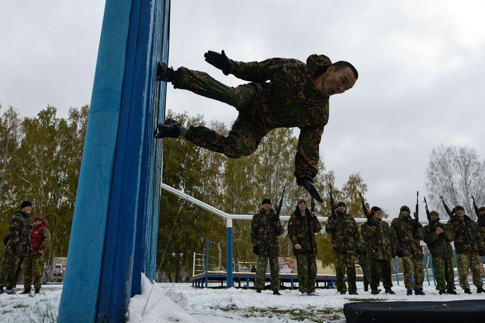 """Ćwiczenia akrobatyczne na próbach kwalifikacyjnych na prawo noszenia czerwonego i zielonego beretu na bazie centrum szkoleniowego """"Gornyj"""" w obwodzie nowosyberyjskim."""