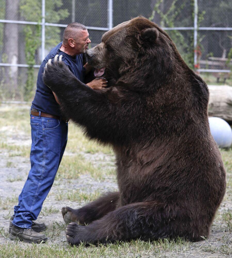 Jim Kowalczik bawi się z niedźwiedziem Jimbo w schronisku dla osieroconych dzikich zwierząt w Otisville, w stanie Nowy Jork, USA