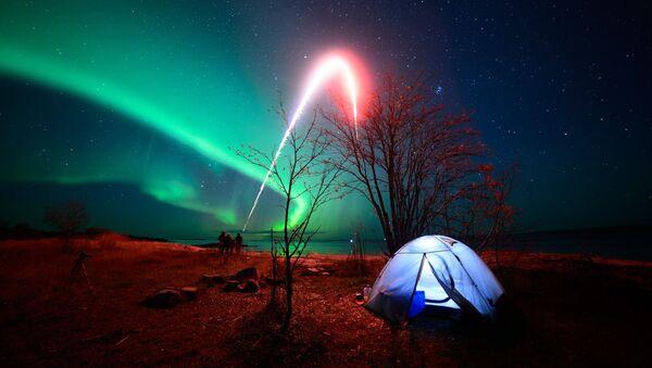 Zorza polarna nad Morzem Białym.  Miasteczko Raboczeostrowsk, Kiem - Sputnik Polska