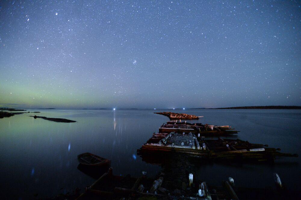 Zorza polarna nad Morzem Białym. Miasteczko Raboczeostrowsk, Kiem