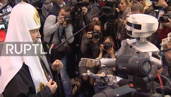 Patriarcha Cyryl zapoznał się z robotem podczas prawosławnego forum studenckiego - Sputnik Polska