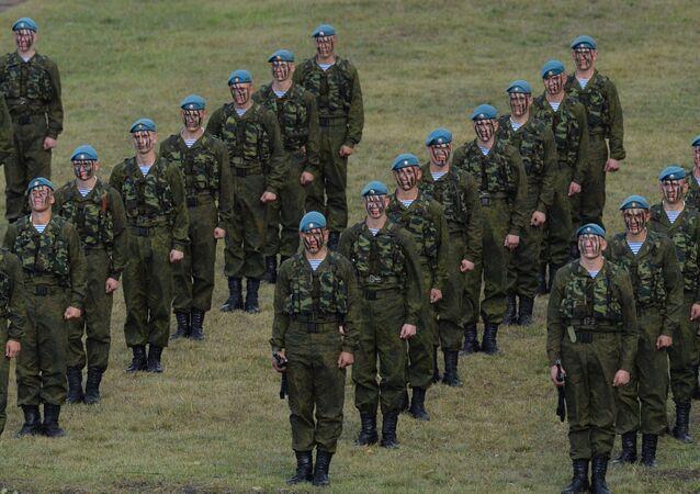 Wojskowi sił powietrznodesantowych na poligonie