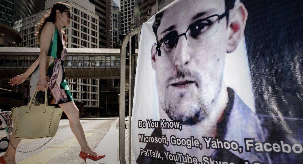 Baner z wizerunkiem Edwarda Snowdena