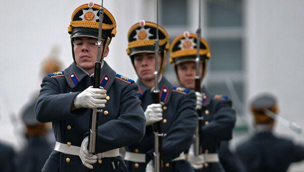 Współczesna ceremonia zmiany pieszej i konnej warty Pułku Prezydenckiego powstawała z uwzględnieniem wielowiekowych tradycji rosyjskiego wojska opartych na przepisach wojskowych pochodzących jeszcze z czasów Piotra I. - Sputnik Polska