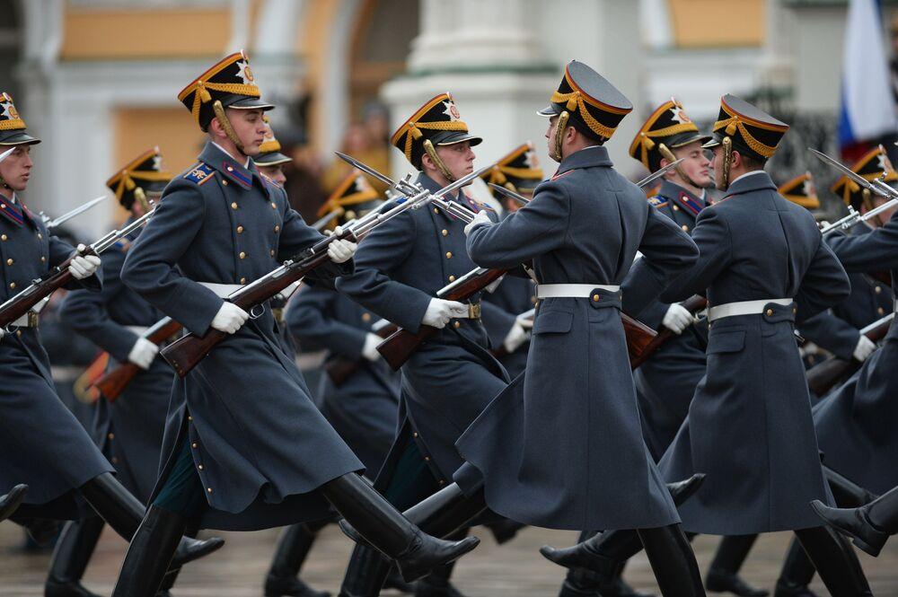 Współczesna ceremonia zmiany pieszej i konnej warty Pułku Prezydenckiego powstawała z uwzględnieniem wielowiekowych tradycji rosyjskiego wojska opartych na przepisach wojskowych pochodzących jeszcze z czasów Piotra I.