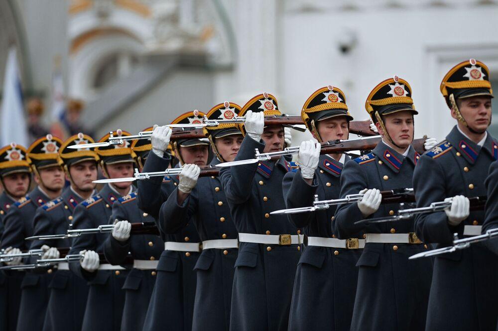 Zazwyczaj ceremonie zmiany pieszej i konnej warty Pułku Prezydenckiego odbywają się od maja do września włącznie.
