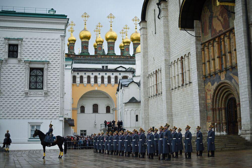 Żołnierze Pułku Prezydenckiego podczas ceremonii zmiany pieszej i konnej warty na placu Katedralnym Moskiewskiego Kremla.