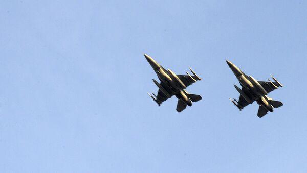 Dwa myśliwce belgijskich Sił Powietrznych podczas lotu - Sputnik Polska