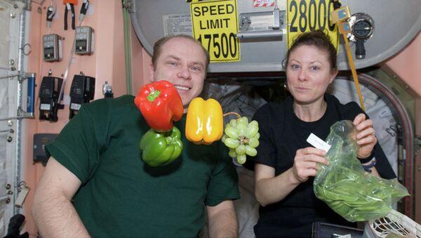 Kosmonauta Oleg Kotow i astronautka NASA Tracy Caldwell-Dyson - Sputnik Polska