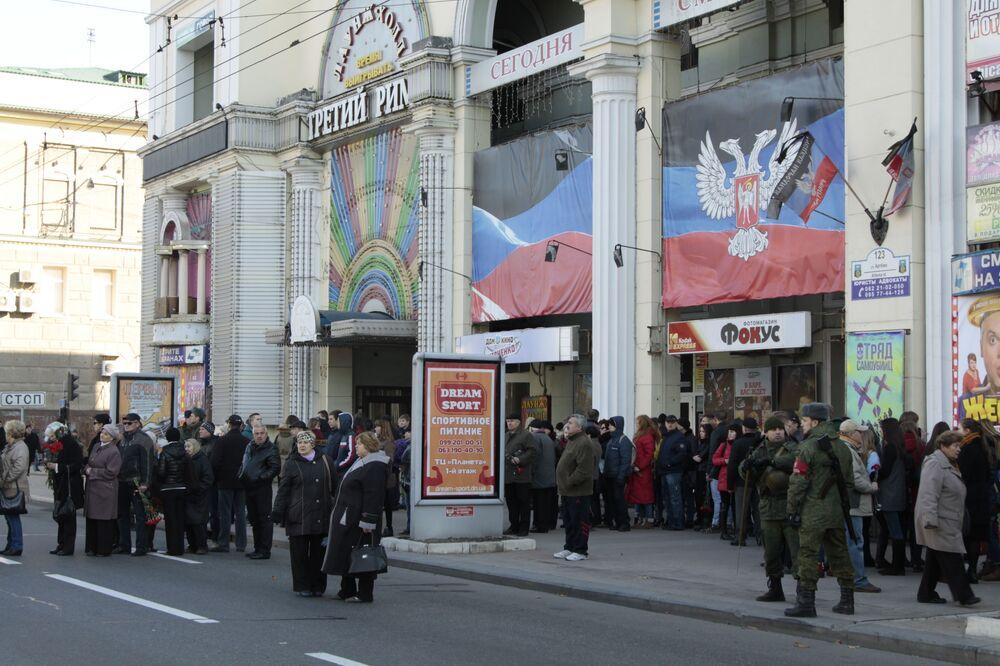 Ceremonia żałobna odbywała się w Teatrze Opery i Baletu w centrum Doniecka.