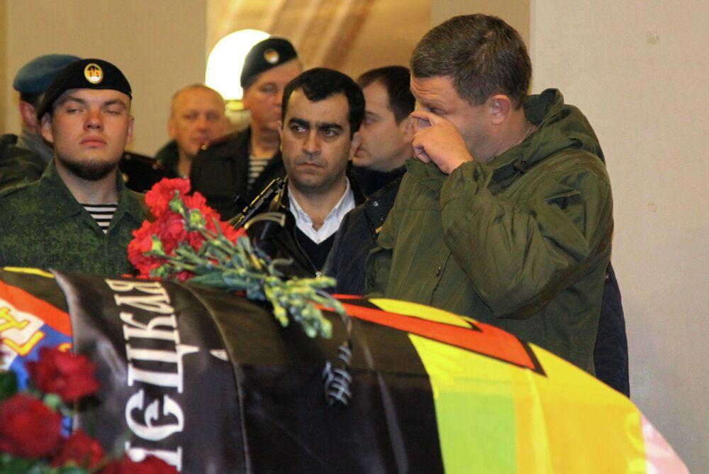 W pogrzebie dowódcy powstańców DRL Arsena Pawłowa (Motoroli) uczestniczył szef republiki Aleksander Zacharczenko, który złożył wieniec obok trumny.