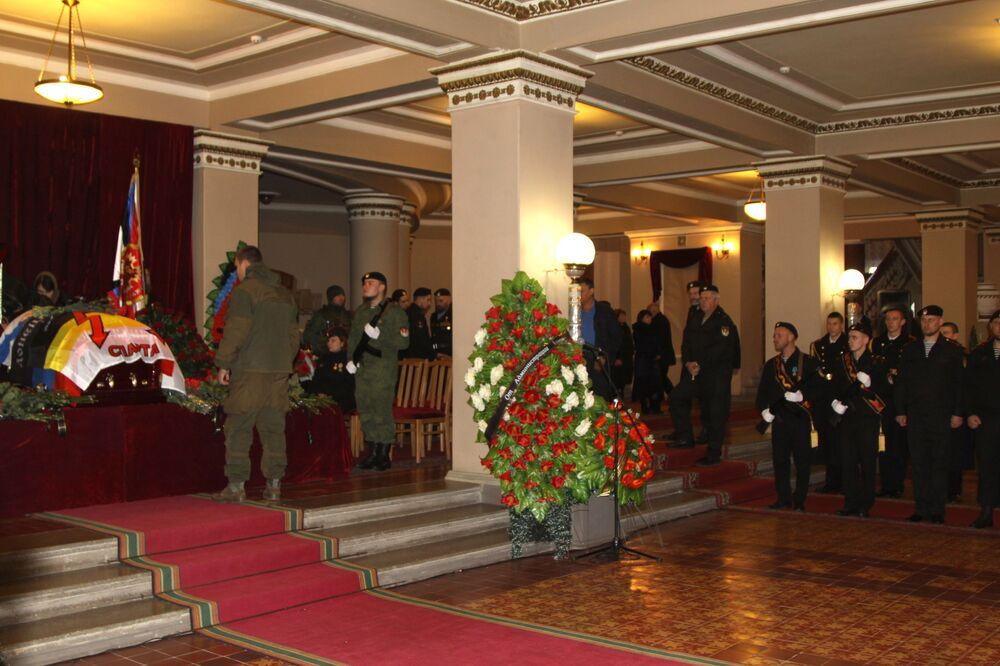 Pogrzeb dowódcy powstańców DRL Arsena Pawłowa (Motoroli) w budynku Donieckiego Państwowego Teatru Akademickiego Opery i Baletu.