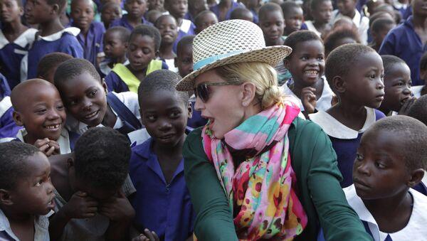 U.S singer Madonna chats with children in Kasungu, about 150 kilometers north of the capital Lilongwe, Sunday, Nov. 30, 2014 - Sputnik Polska