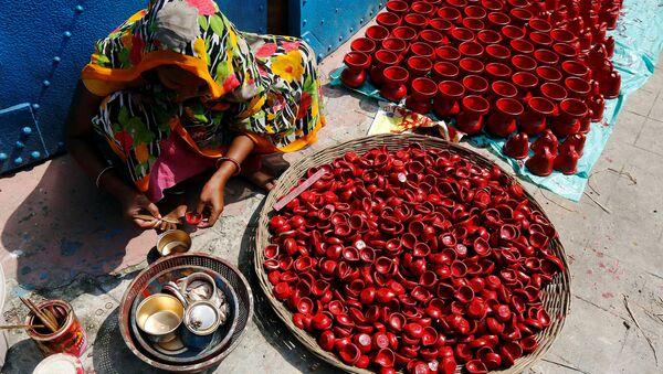 Kobieta maluje lampy gliniane w Kalkucie, Indie - Sputnik Polska