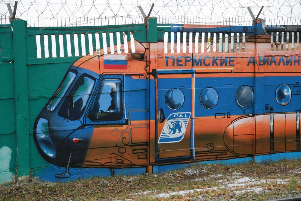 Muzeum pod gołym niebem stanowiące prawie kilometr barwnych przedstawień sprzętu lotniczego na betonowym murze zostało stworzone w Permie przez jedno z największych przedsiębiorstw ODK, czyli ODK-Permskie motory – głosi informacja