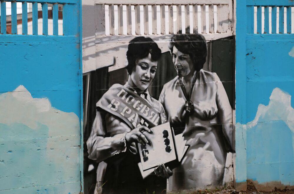 Graffiti poświęcone historii rosyjskiej awiacji na betonowym ogrodzeniu w Permie