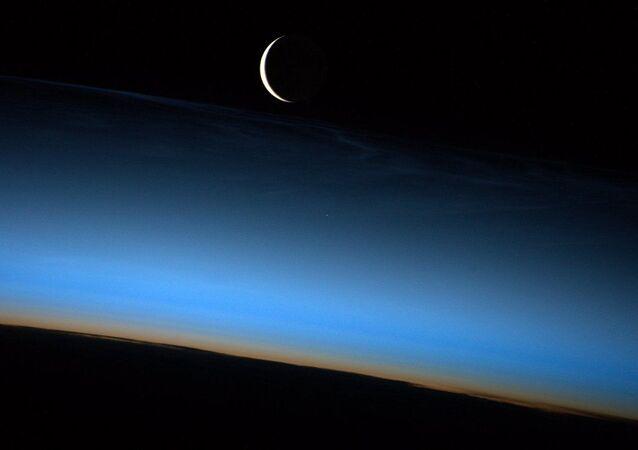 Półksiężyc sfotografowany przez Jeffa Wiliamsa, astronautę NASA z pokładu MSK