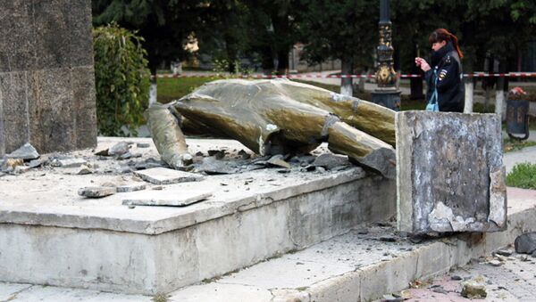 Krym: nieznani sprawcy zrzucili Lenina z postumentu - Sputnik Polska