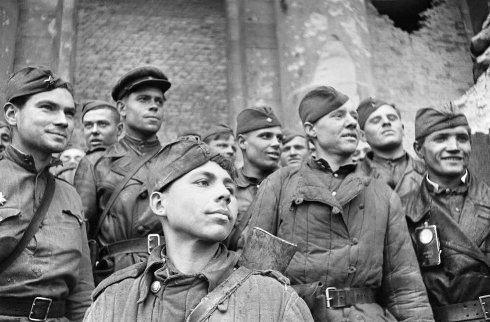Żołnierze, którzy szturmowali Reichstag - pluton rozpoznawczy 674. Pułku Strzeleckiego 150. Indryckiej Dywizji Strzeleckiej. Na pierwszym planie - szeregowy Grigorij Bułatow.