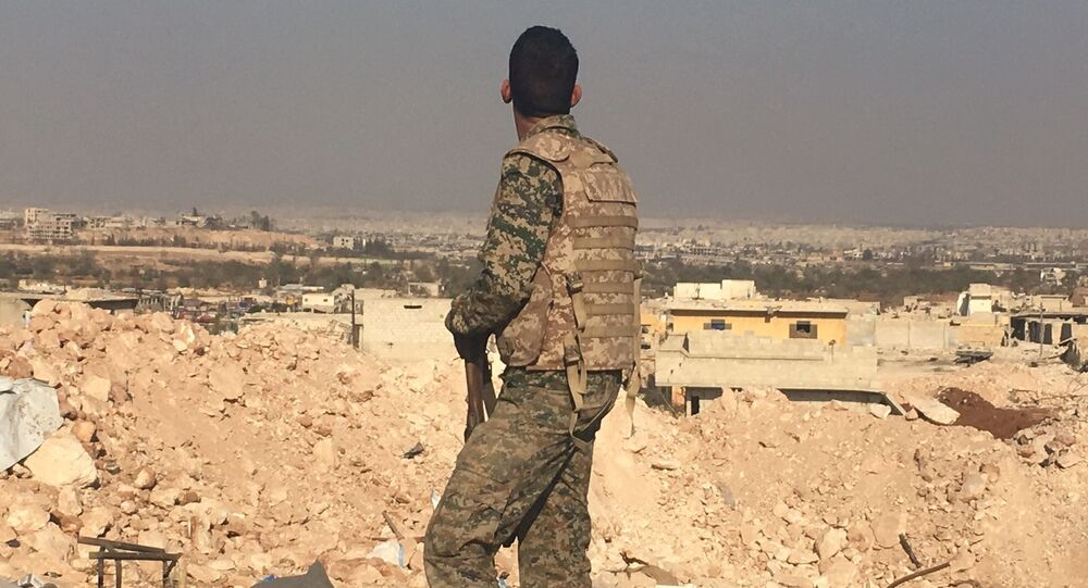 Żołnierz syryjskiej armii patrzy na Aleppo