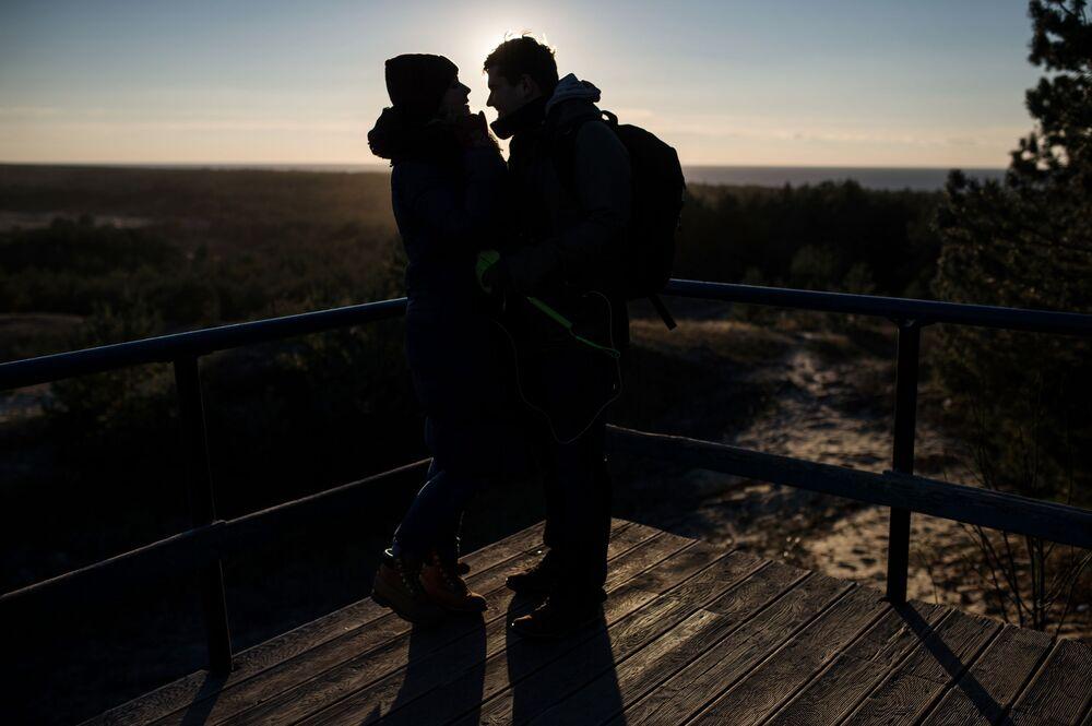 W najwyższym miejscu wydmy Bołotnej mieści się punkt widokowy, z którego otwiera się przepiękny widok na las, morze i zalew.