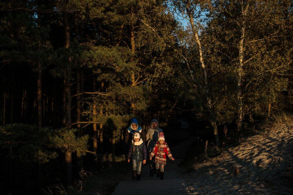 Żeby odwiedzający mogli sami odkryć zadziwiający świat Mierzei Kurońskiej, wyrządzając jej przy tym jak najmniejszą szkodę, w parku narodowym stworzono 6 tras dla pieszych.