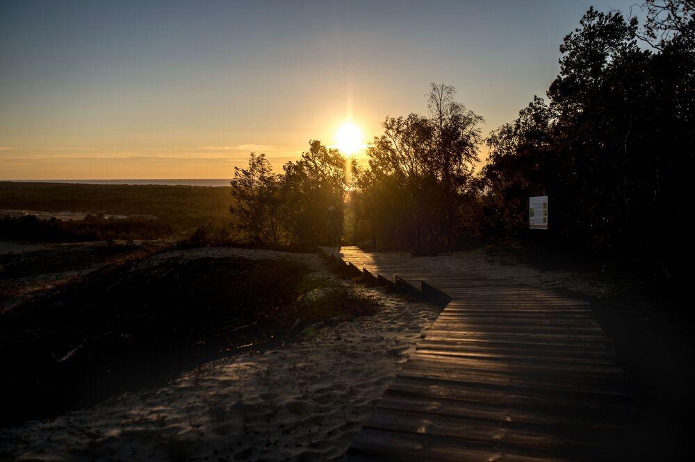 Park Narodowy Mierzei Kurońskiej jest najmniejszym parkiem narodowym Rosji i jednocześnie jednym z najczęściej odwiedzanych w kraju. Setki tysięcy turystów co roku przyjeżdżają na półwysep, żeby podziwiać jego unikalną przyrodę.