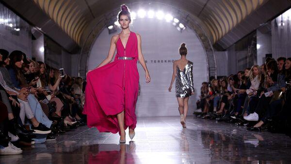 To właśnie sukienki wiodą prym w nowej kolekcji, ale kobiece bluzki, spódnice i marynarki również zostały zaprezentowane. - Sputnik Polska