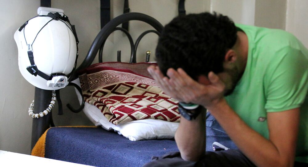 Członek sił cywilnych w Syrii, znanych jako Białe Hełmy