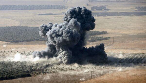 """Dym nad miejsce dyslokacji bojowników """"Państwa Islamskiego"""" w mieście Naveran niedaleko Mosulu, Irak - Sputnik Polska"""